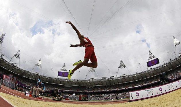 Ashton Eaton v dálkařském sektoru na Olympijském stadiónu v Londýně.
