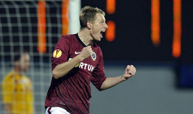 Ladislav Krejčí ze Sparty se raduje z gólu proti Šmoně ve 3. kole Evropské ligy.