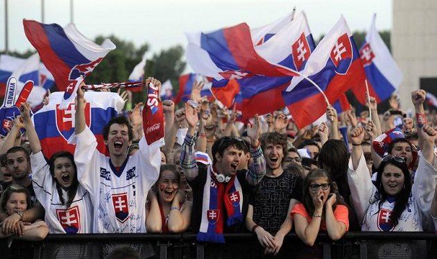 Jásající fanoušci při gólech kapitána slovenského výběru Zdena Cháry