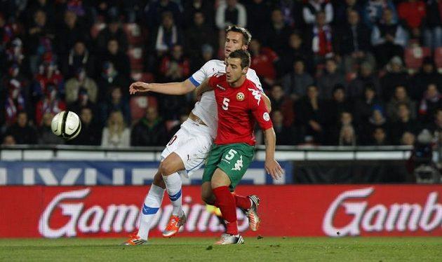 Tomáš Pekhart bojuje o míč s Nikolajem Bodurovem z Bulharska.