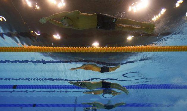Účastníci finále závodu na 200 metrů motýlek. Zezhora Chad le Clos z JAR, Michael Phelps z USA, Dinko Jukic z Rakouska.