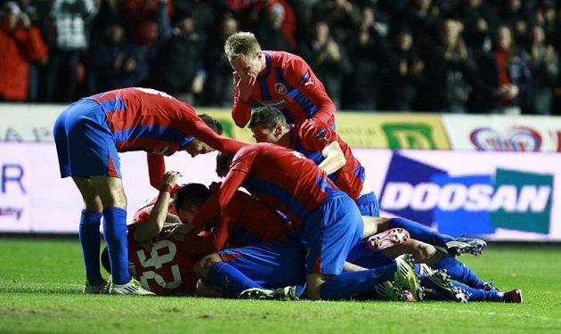 Radost plzeňských fotbalistů z gólu proti Tel Avivu.