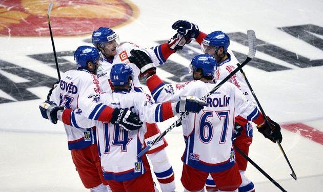 Čeští hokejisté se radují z brzké trefy Zdeňka Kutláka (druhý zleva) proti Finsku. Nakonec ale domácím podlehli 2:3.