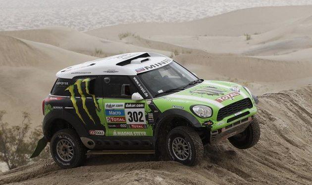 Francouz Stephene Peterhansel překonává dunu v argentinské části Rallye Dakar.