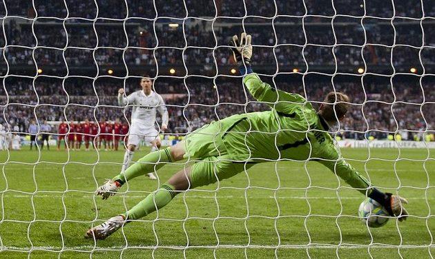 Brankář Bayernu Manuel Neuer chytá penaltu Cristianu Ronaldovi v rozstřelu semifinále Ligy mistrů.