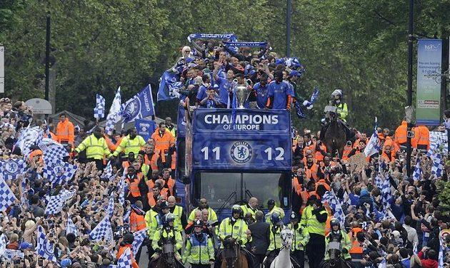 Triumfální průjezd fotbalistů Chelsea londýnskou ulicí Kings Road po triumfu ve finále Ligy mistrů.