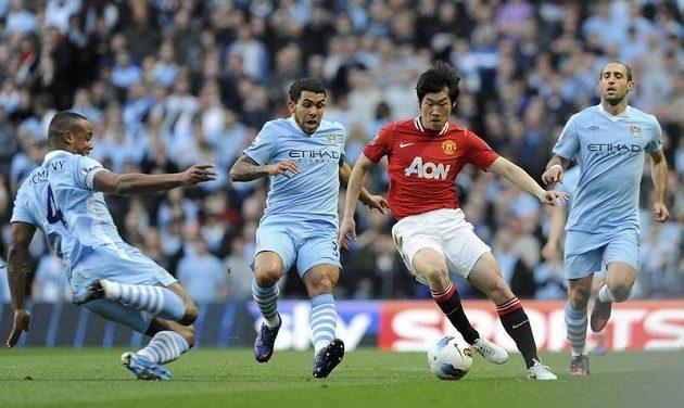 Park Ji-Sung z Manchesteru United mezi hráči City Zabaletou (vpravo) a Tevezem