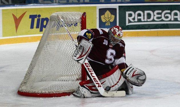 Brankář Sparty Michal Neuvirth udržel proti Vítkovicím čisté konto.