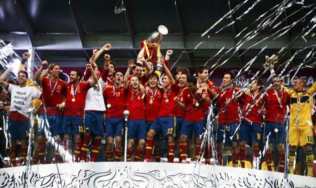 Fotbalisté Španělska oslavují úspěšnou obhajobu titulu mistrů Evropy.
