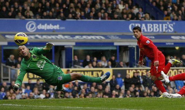 Brankář Evertonu Tim Howard na tento pokus liverpoolského Luise Suáreze nedosáhl.