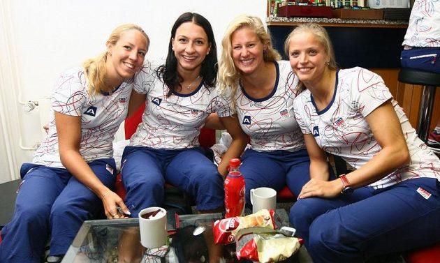 Plavkyně (zleva) Petra Chocová, Barbora Závadová, Martina Moravčíková a Simona Baumrtová při odletu na olympiádu v Londýně.