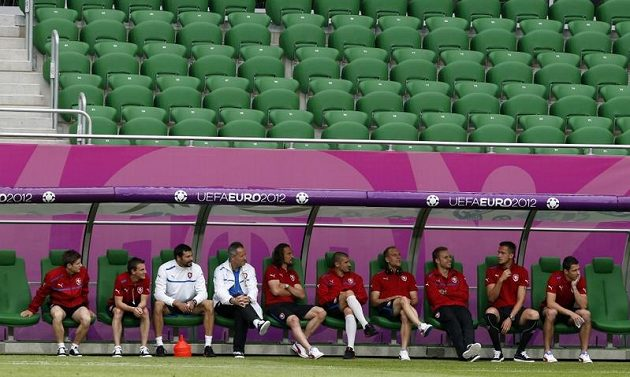 Čeští fotbalisté odpočívají během tréninku