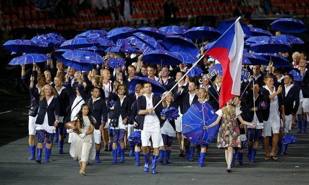 Badmintonista Petr Koukal vede českou výpravu při slavnostním zahájení olympiády v Londýně.