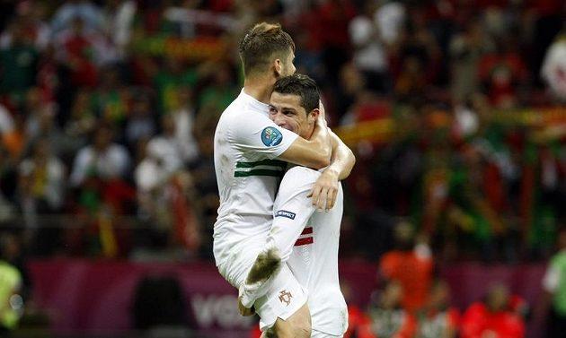 Cristiano Ronaldo a Miguel Veloso z Portugalska se radují z postupu do semifinále EURO 2012 po zápase proti Čechům
