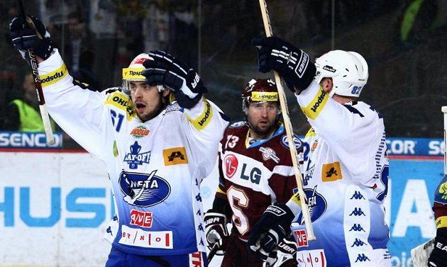Tomáš Divíšek z Komety Brno (vlevo) se raduje z gólu do sparťanské sítě.