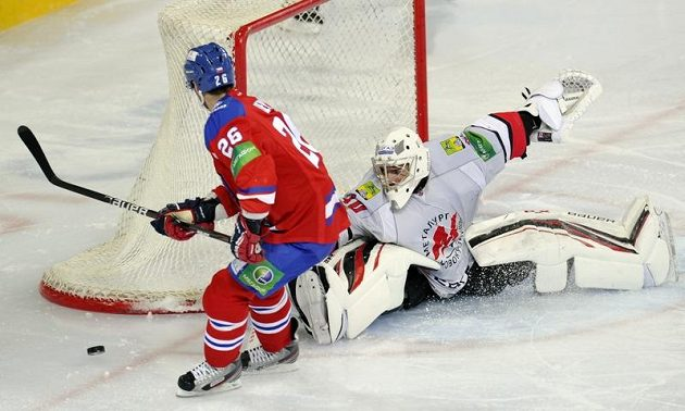 Střídající brankář Novokuzněcku Alexandr Lazušin v Praze neinkasoval, takhle vychytal Michala Řepíka z týmu Lev Praha při trestném střílení.