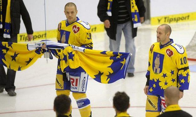 Bratři Karla Rachůnka Tomáš (vlevo) a Ivan pověsili ke stropu haly dres k uctění památky bývalého reprezentanta.