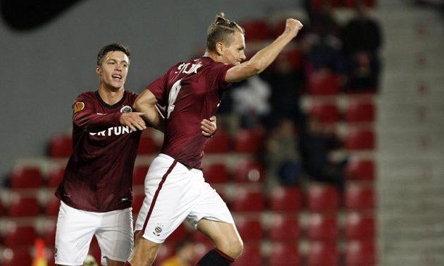 Ondřej Švejdík (vpravo) a Václav Kadlec oslavují třetí gól proti Šmoně.