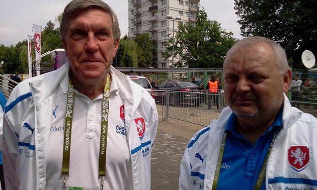 Lékař fotbalové reprezentace Petr Krejčí (vlevo) a vedoucí národního týmu Jaroslav Dudl
