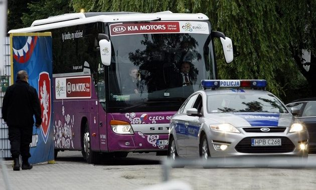 Hráči přijíždějí na trénink v polské Vratislavi.