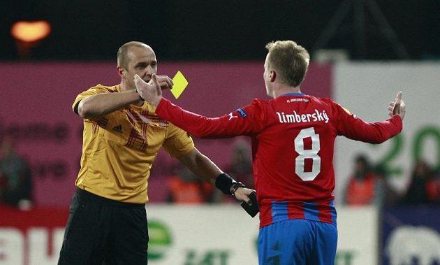 Plzeňský David Limberský dostává žlutou kartu v utkání proti Hapoelu Tel Aviv.