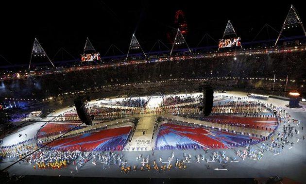 Slavnostní zakončení her v Londýně. Sportovci nastupují na plochu Olympijského stadiónu.