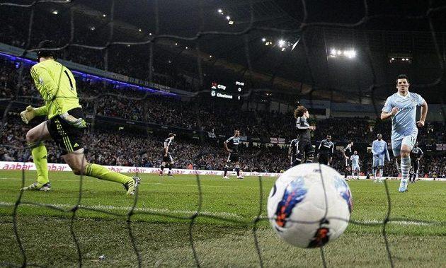 Při pokutovém kopu poslal Sergio Agüero Čecha na druhou stranu.