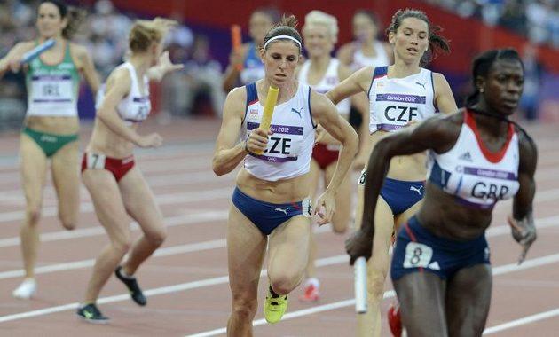 Zuzana Hejnová (třetí zprava) vybíhá do závěrečného úseku štafety na 4x400 metrů. České kvarteto si v rozběhu zajistilo místo v olympijském finále.