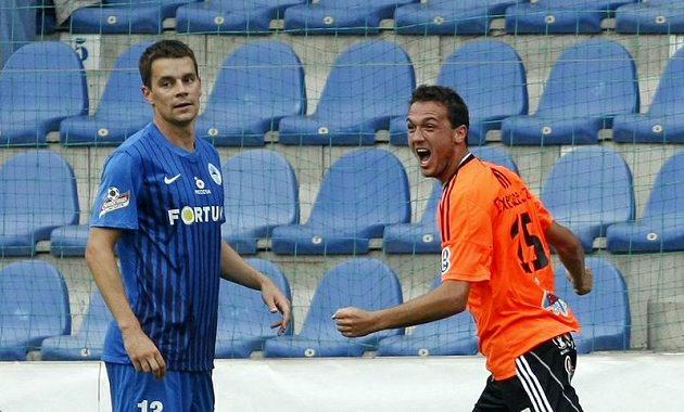 Olomoucký Doležal (vpravo) se raduje z gólu, který vstřelil do liberecké sítě. Vlevo stojí smutný Kušnír.