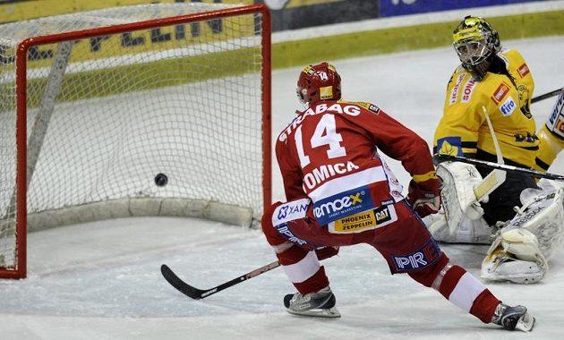 Marek Tomica ze Slavie dává gól brankáři Litvínova Petru Fraňkovi.