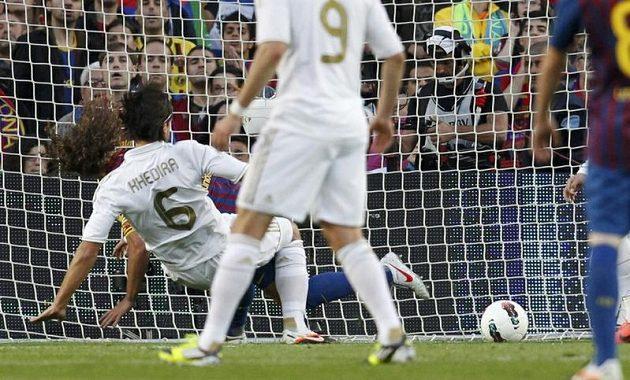 Sami Khedira z Realu Madrid střílí úvodní gól El Clásika do sítě Barcelony.
