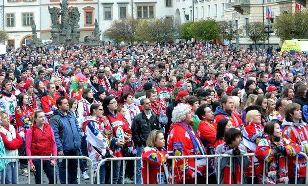 Velkoplošnou projekci finálového utkání hokejové extraligy mezi Kometou Brno a Pardubicemi na Perštýnském náměstí v Pardubicích několik stovek fanoušků.