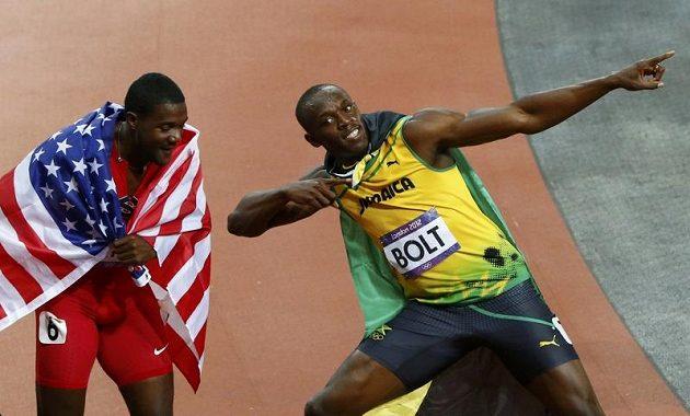Noví superhrdinové? Usain Bolt (vpravo) a Justin Gatlin opláštění vlajkami Jamajky a USA.