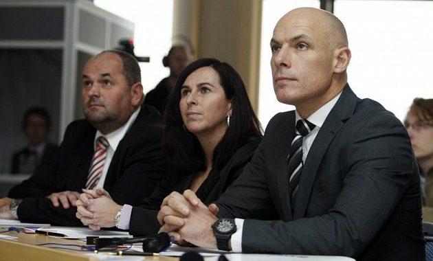 Anglický fotbalový sudí Howard Webb (vpravo) na tiskové konferenci v Praze společně s předsedkyní komise rozhodčích Dagmar Damkovou a předsedou FAČR Miroslavem Peltou.