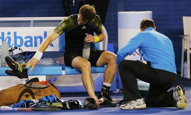 Andy Murray je ošetřován během finále v Melbourne.