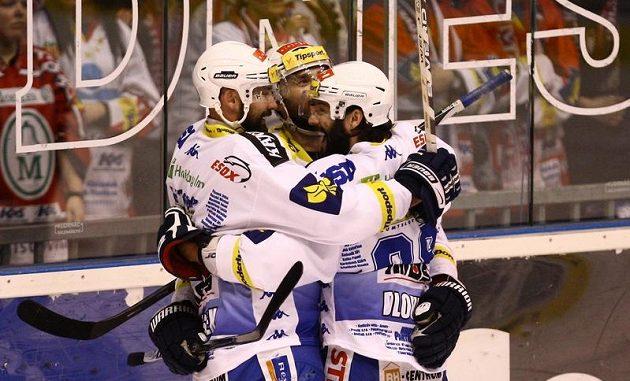 Hokejisté Brna oslavují branku v prvním finále