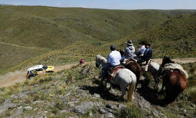 Diváci na koních sledují ruského pilota Leonida Novického.