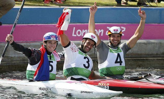 Tři nejlepší z finálového závodu kajakářů - stříbrný Vavřinec Hradilek (zleva), olympijský vítěz Daniele Molmenti z Itálie a bronzový Němec Hannes Aigner