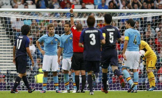 Španěl Inigo Martinez dostává červenou kartu od rozhodčího Marka Geigera v utkání proti Japonsku.