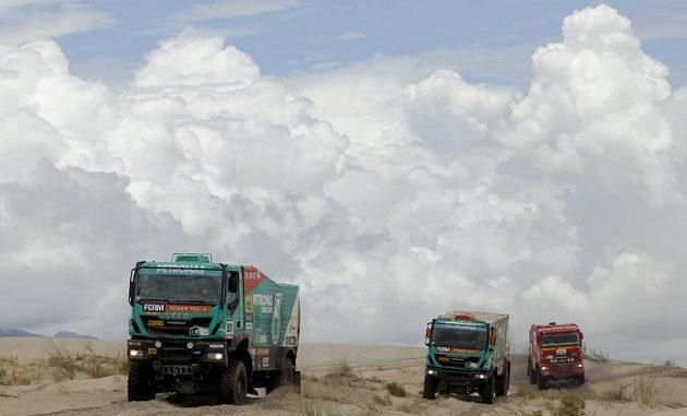 Tvrdý souboj kamiónů přimo na trati. Vpředu Ital Miki Biasion, za ním Nizozemec Rene Kuipers a vpravo Jos Smink z Nizozemska.