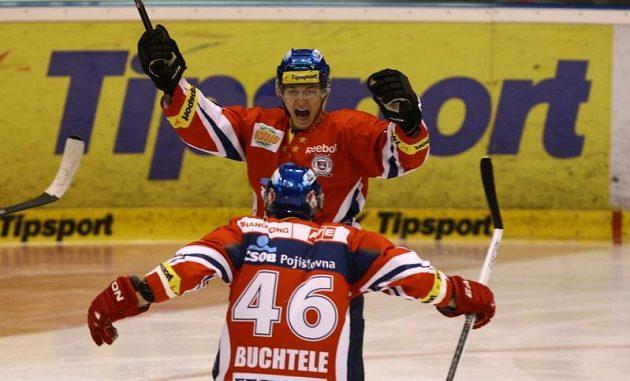 Hokejisté Pardubic oslavují branku v prvním finále