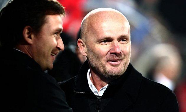 Spokojený trenér Michal Bílek (vpravo) a manažerem Vladimírem Šmicrem.