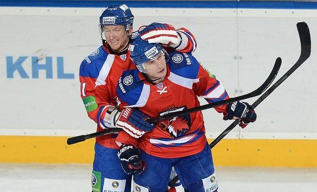 Marcel Hossa (vlevo) a Tomáš Surový se radují ze třetího gólu do sítě Chabarovsku.