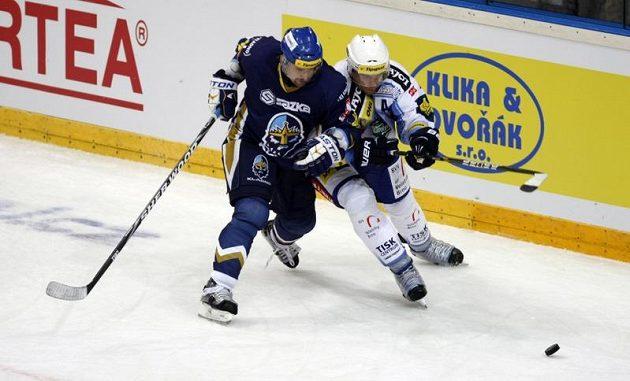Tomáš Plekanec z Kladna (vlevo) svádí souboj o puk s Tomášem Žižkou z Brna.
