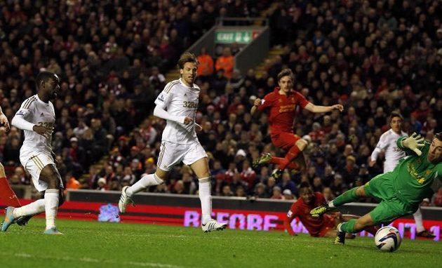 Nathan Dyer (vlevo) ze Swansea překonal brankáře Liverpoolu Brada Jonese.