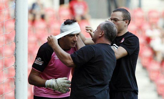Slávistický brankář Čontofalský dochytal zápas s Brnem se slušivým obvazem hlavy.