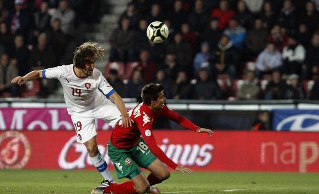 Petr Jiráček bojuje o balón s Iljou Milanovem z Bulharska.