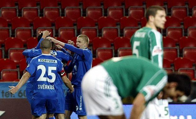 Fotbalisté Baníku Ostrava se radují z úvodního gólu proti Bohemians 1905 v dohrávce 19. kola Gambrinus ligy.