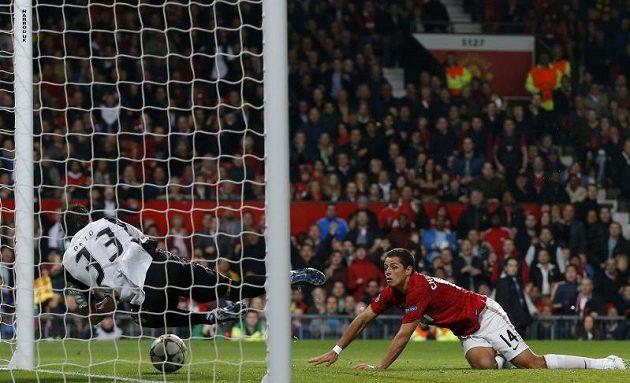 Útočník Manchesteru United Javier Hernandez překonává brankáře Bragy Beta.