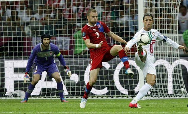 Michal Kadlec brání největší hvězdu portugalského výběru Cristiana Ronalda